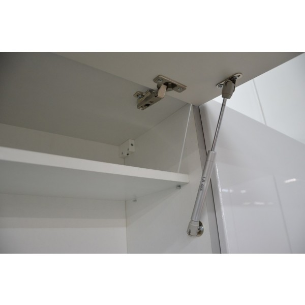 Pnevmatski mehanizem pri zgornji omarici